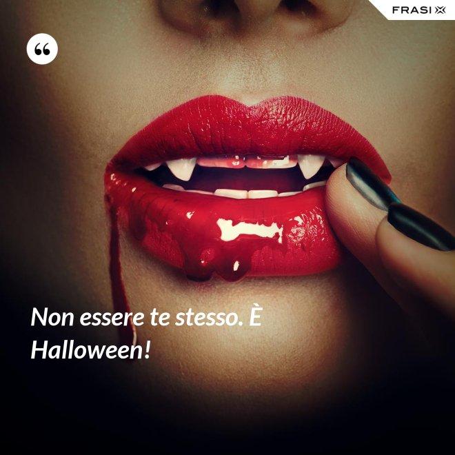 Non essere te stesso. È Halloween! - Anonimo