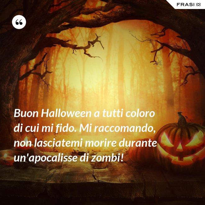 Buon Halloween a tutti coloro di cui mi fido. Mi raccomando, non lasciatemi morire durante un'apocalisse di zombi! - Anonimo